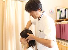 大阪市福島区カイロプラクティック整体ヘンミの院長による頭痛・首の痛み・肩こりの施術風景