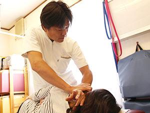 大阪市福島区 カイロプラクティック整体ヘンミの秘の一点法による頚椎の矯正の様子