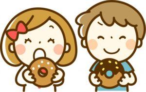 お菓子を食べている子どものイラスト