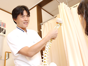 大阪市福島区 カイロプラクティック整体ヘンミの院長の頚椎の説明をしている様子