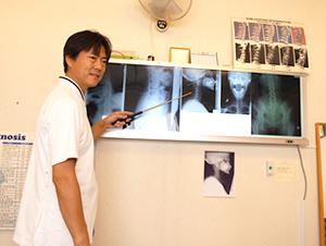 大阪市福島区 カイロプラクティック整体ヘンミの院長のレントゲンをもとにお身体の状態を一緒に確認している様子