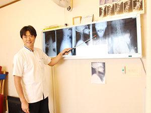 大阪市福島区 カイロプラクティック整体ヘンミのレントゲンでのお身体の状態を確認している様子
