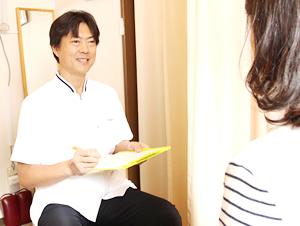 大阪市福島区 カイロプラクティック整体ヘンミの院長の問診風景