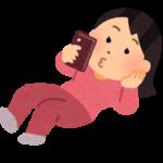 寝転がって頭を手で支えてスマートフォンを操作している女性のイラスト